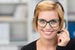 Leinwanddruck Bild - lächelnde frau mit headset im büro
