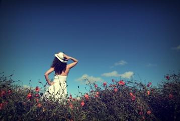 Femme dans un champ de coquelicots. Vintage.