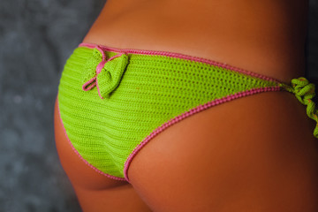 Backside og model in green bikini