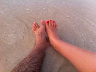 ноги на пляже