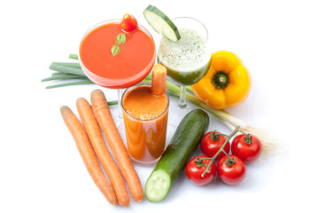 leckere Smoothies mit frischem Gemüse, weißer Hintergrund