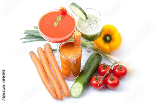 leckere Smoothies mit frischem Gemüse, weißer Hintergrund - 69464915