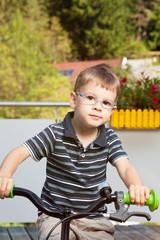 Stolzes Kind auf Fahrrad