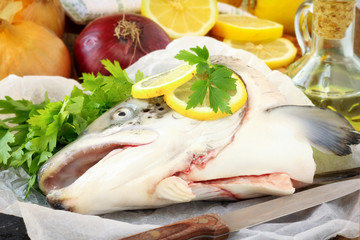 Raw salmon head with onion, fresh parsley and lemons