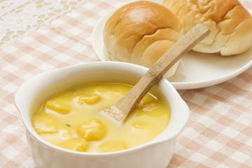食パン入りパンプキンスープ