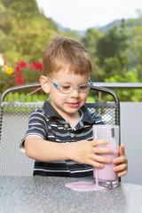 KLeiner Junge mit verschüttetem Getränk