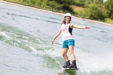 Schöne junge Frau dynamisch beim Wassersport