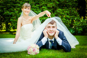 Happy young wedding couple on picnic