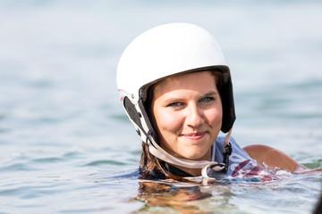 Lächelndes Gesicht einer jungen Frau im Wasser