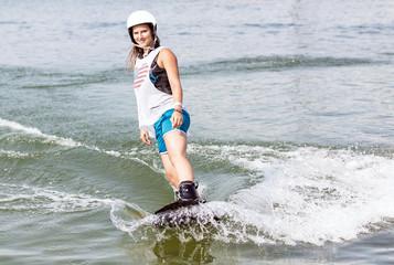 Junge Frau mit Schwung beim Wassersport
