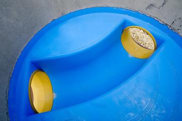 Blaues Element für Regenwasserkanal