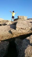 Niño coronando montaña