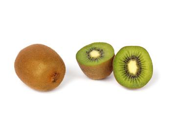 Kiwi ganz und halbiert - frische Vitamine - isoliert auf weiß