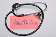 canvas print picture - Notizzettel mit Aufschrift Health Care neben Stethoskop