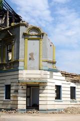Teilweise abgerissene Hausfassade