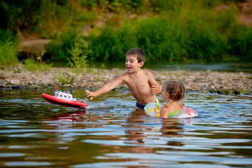 Дети играют в речке