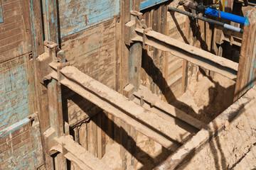 Gewaltige Verbauplatten sichern eine tiefe Baugrube