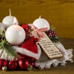 Erster Advent: eine brennende Kerze am Adventskranz
