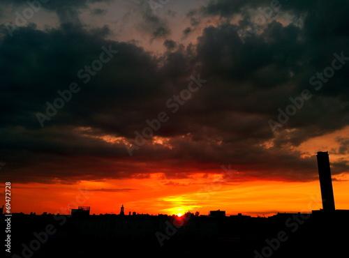 canvas print picture Sonnenuntergang mit Wolken und Skyline