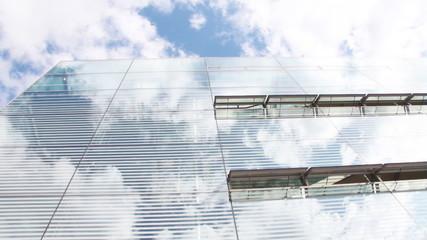Glasgebäude mit Wolkenspiegelung, Zeitraffer