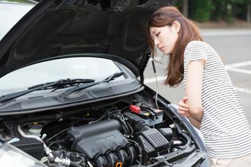 女性と自動車 故障