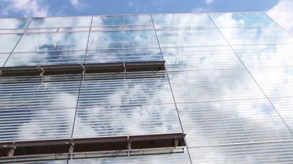 Wolkenspiegelung in einer Glasfassade, Zeitraffer