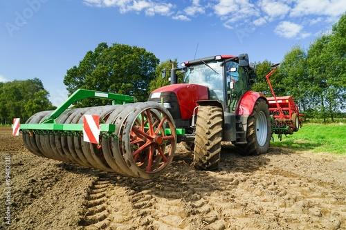 Leinwanddruck Bild Getreideanbau, Schlepper mit Driillmaschine