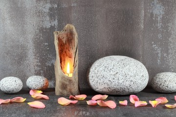 Wurzelholzlaterne, runde Steine, Blütenblätter