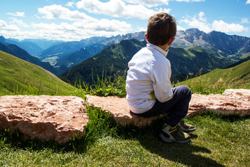 Bambino sulle montagne