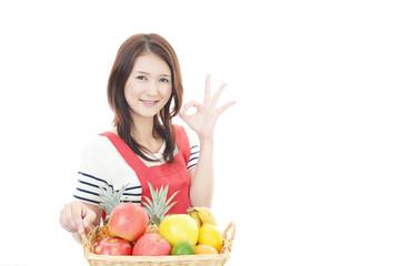 フルーツを持つ笑顔の女性