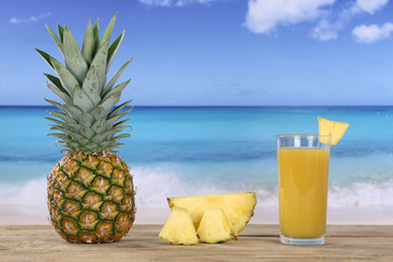 Ananas Frucht und Saft im Sommer am Meer