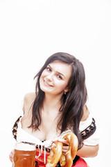 junge, lächelnde Frau mit Bierglas und Brezn in Dirndl