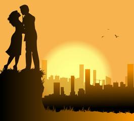 coppia di innamorati e metropoli sullo sfondo