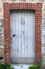 porte en bois d'une vieille maison en pierre