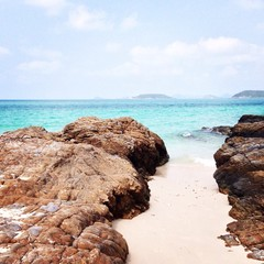 пляж между камней