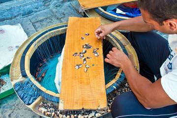 pescatore salentino prepara il palamito