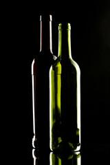 Weinflaschen auf dunklem Hintergrund