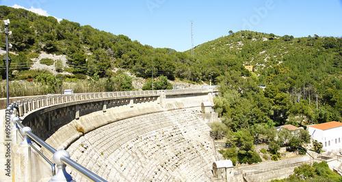 Foto op Plexiglas Kanaal Muro de contención de la presa del pantano de Foix, Barcelona