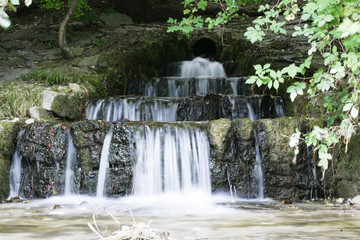 Wasserfall in einem Bach - Frontansicht