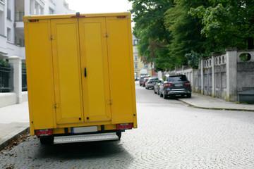 gelber Transporter am Fahrbahnrand