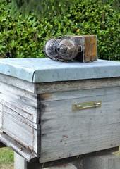 Fumoir posé sur une ruche