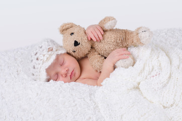 Newborn hält Teddy