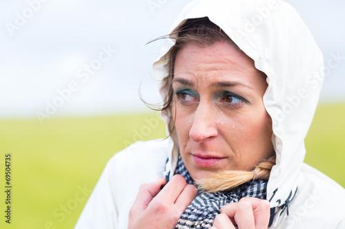canvas print picture Frau im Regenschauer an Nordsee Küste