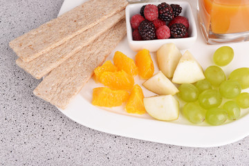 Slices of fruits and berries with crispbreads