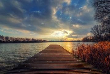 Steg und blauer Himmel