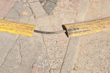 Ein Überfahrschutz - Kabelbrücke - aus gelbem Kunststoff