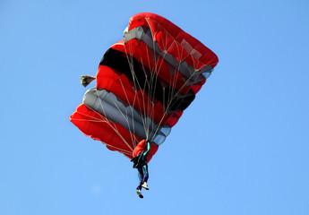 Paracadute rosso e nero