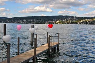 Bootssteg mit Herzballonen