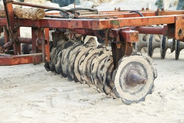 Equipment for cleaning beaches