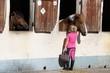 Leinwandbild Motiv fillette caressant un cheval à l'écurie